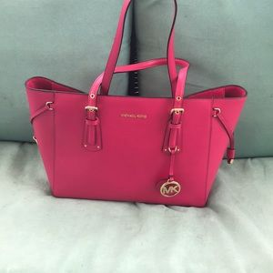 Micheal Kors Voyager Medium tote